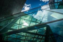 Undersida som är panorama-, och perspektivsikt till byggnad för löneförhöjning för stålblått glass hög med reflexioner Royaltyfria Bilder