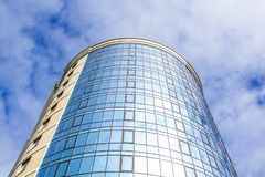 Undersida som är panorama-, och perspektivsikt till skyskrapor för byggnad för löneförhöjning för stålblått glass höga, industrie Fotografering för Bildbyråer