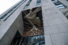 Undersidaperspektivsikt till yttre Art Deco detaljer av Rockefeller Center som bygger i midtownen Manhattan royaltyfri foto