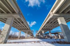 Underside γέφυρες κρατικών εθνικών οδών που πηγαίνουν πέρα από το νότο ποταμών Μινεσότας των δίδυμων πόλεων - μεγάλα ευθείες γραμ στοκ εικόνες με δικαίωμα ελεύθερης χρήσης