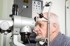undersökningsöga som har den äldre mannen Royaltyfria Bilder