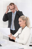 Underskott - negativa försäljningsintäkter - chockad chef royaltyfri fotografi