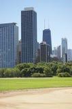 Underskriftbyggnad på den Chicago horisonten Fotografering för Bildbyråer