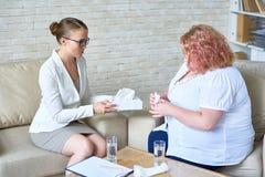 Understöd kvinnlig psykiater Consulting Obese Woman arkivbilder