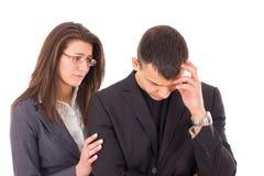Understödjande kvinna som tröstar den ledsna mannen royaltyfria bilder