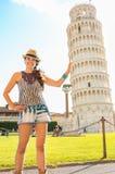 Understödjande lutande torn för rolig kvinna av pisa Fotografering för Bildbyråer