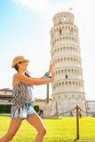 Understödjande lutande torn för rolig kvinna av pisa Royaltyfri Bild