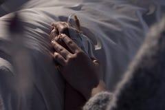 Understödjande moder för kvinna med cancer royaltyfria bilder