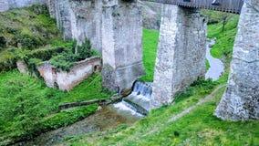 Undert que constrói uma ponte sobre do castelo corving na Transilvânia imagens de stock royalty free