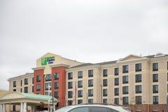 Underteckna över ingången av Holiday Inn ett uttryckligt hotell Royaltyfria Bilder