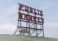 Underteckna över marknaden för pikstället, Seattle, Washington arkivfoton