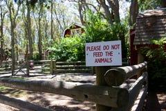 Underteckna in att dalta zoo: Mata inte djuren Fotografering för Bildbyråer