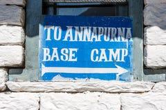 Underteckna att indikera vägen för abc:et på den Annapurna basläger T Royaltyfri Bild