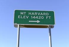 Underteckna att peka som monterar Harvard, Colorado 14er i Rocky Mountains Arkivfoto