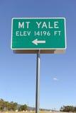 Underteckna att peka som monterar Yale, Colorado 14er i Rocky Mountains Fotografering för Bildbyråer