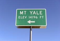 Underteckna att peka som monterar Yale, Colorado 14er i Rocky Mountains Arkivbild