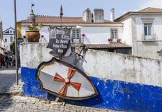 Underteckna att peka till en stång i den medeltida staden av Obidos, Portugal Arkivfoto