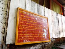 Underteckna brädet på ingången av Paro Taktsang av Bhutan arkivbild