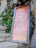 Underteckna brädet på ingången av Paro Taktsang av Bhutan royaltyfri fotografi