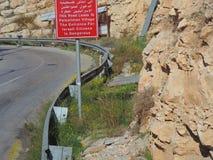Underteckna brädet på vägen till Jerusalem från Jordanien arkivbild