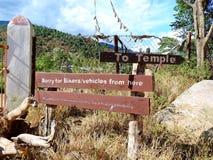 Underteckna brädevisningvägen till Chimi Lhakhang, Bhutan royaltyfria foton