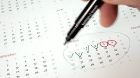 Underteckna dagen i kalendern med en penna, dra en fästing
