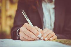 Underteckna in dokument close upp fotografering för bildbyråer