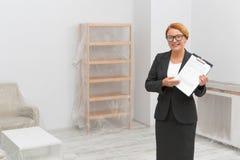 Underteckna en överenskommelse för köp en lägenhet arkivbilder