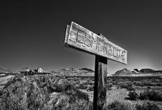 Underteckna för Esmeralda i spökstaden av Rhyolite Nevada fotografering för bildbyråer