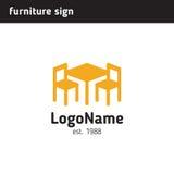 Underteckna för ett möblemangföretag, tabell och två stolar Fotografering för Bildbyråer