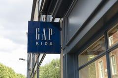 Underteckna för Gap Kids i York, Yorkshire, Förenade kungariket - 4th Augus royaltyfria bilder