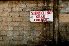 Underteckna för snorkelling utrustar för hyra på den gammala tegelstenväggen Fotografering för Bildbyråer