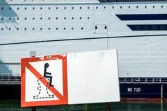 Underteckna förklaring att det inte är tillåtet att sitta på en pollare på pet och nolla-färjaterminalen royaltyfria foton