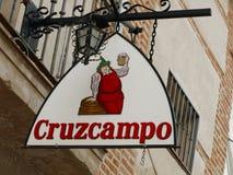 Underteckna in gatan i Seville i Spanien som annonserar ett spanskt öl som kallas `-Cruzcampo `, Royaltyfri Fotografi
