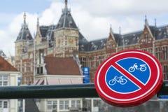 Underteckna ` ingen cykel` med gammal europeisk byggnad Arkivbild