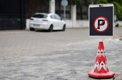 Underteckna ingen parkering Arkivfoto