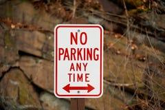 Underteckna ingen parkering när som helst royaltyfria bilder