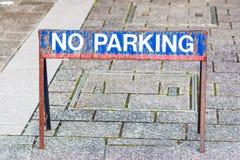 Underteckna INGEN PARKERING på vägtegelstengolvet Fotografering för Bildbyråer