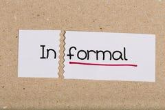 Underteckna med informellt för ord som vänds in i formellt fotografering för bildbyråer