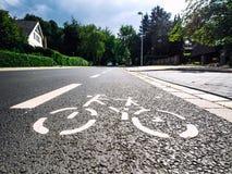 Underteckna på asfalt Arkivfoto
