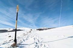 Underteckna på bergvägen, vintertid Arkivbild