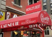 Underteckna på den berömda Carnegie delikatessaffären i midtownen Manhattan Arkivbild