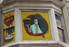 Underteckna på den berömda Carnegie delikatessaffären i midtownen Manhattan Arkivfoto