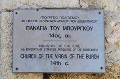 Underteckna på den forntida kyrkan av oskulden av burghen, det 14th århundradet Rhodes Grekland arkivbild