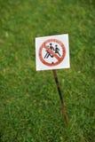 Underteckna på en lawn arkivfoto