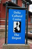 Underteckna på för mittdrevet för deltan den kulturella bussgaraget, Helena Arkansas arkivbild