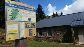 Underteckna på gamla Mitchell Trailhead i delstatspark för Mt Mitchell nära Marion NC Royaltyfri Fotografi