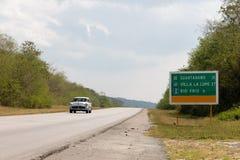 Underteckna på gatan på gränsen till det Guantanamo landskapet, Kuba royaltyfri bild