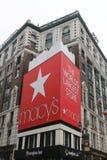 Underteckna på Macy ` s Herald Square på Broadway i Manhattan arkivfoton