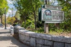 Underteckna välkomnande besökare den centrala delen av den Virginia Highlands grannskapen i Atlanta Arkivbild